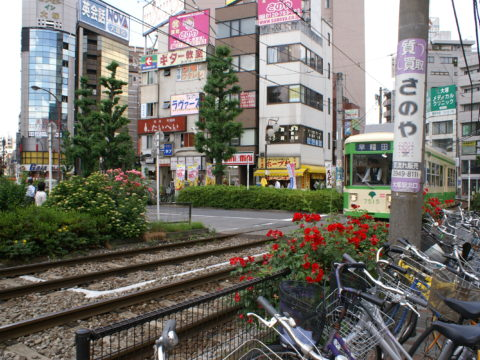 Otsuka: rail lines with train approaching