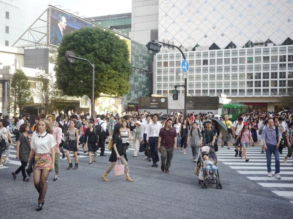 Shibuya Scramble, Zug im Hintergrund